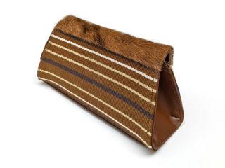 Handgemaakte clutch van stof en koeienvacht